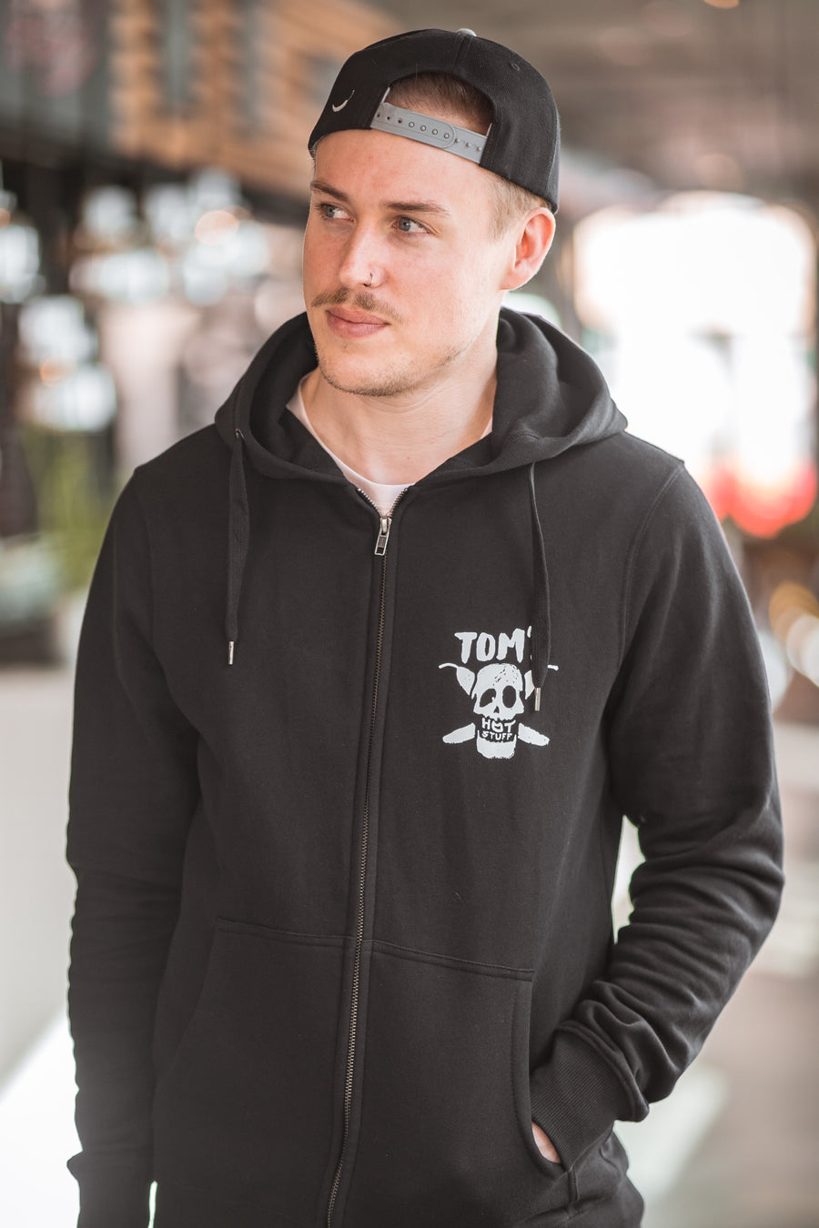 TOM'S ZIP-HOODIE (MIT BACKPRINT)