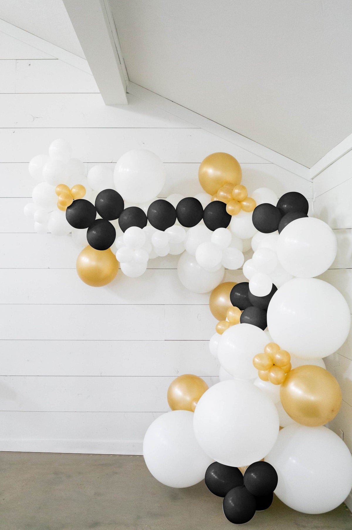 25 Ft Diy Balloon Garland Kit With White Black Gold Balloons Balloons And Weights