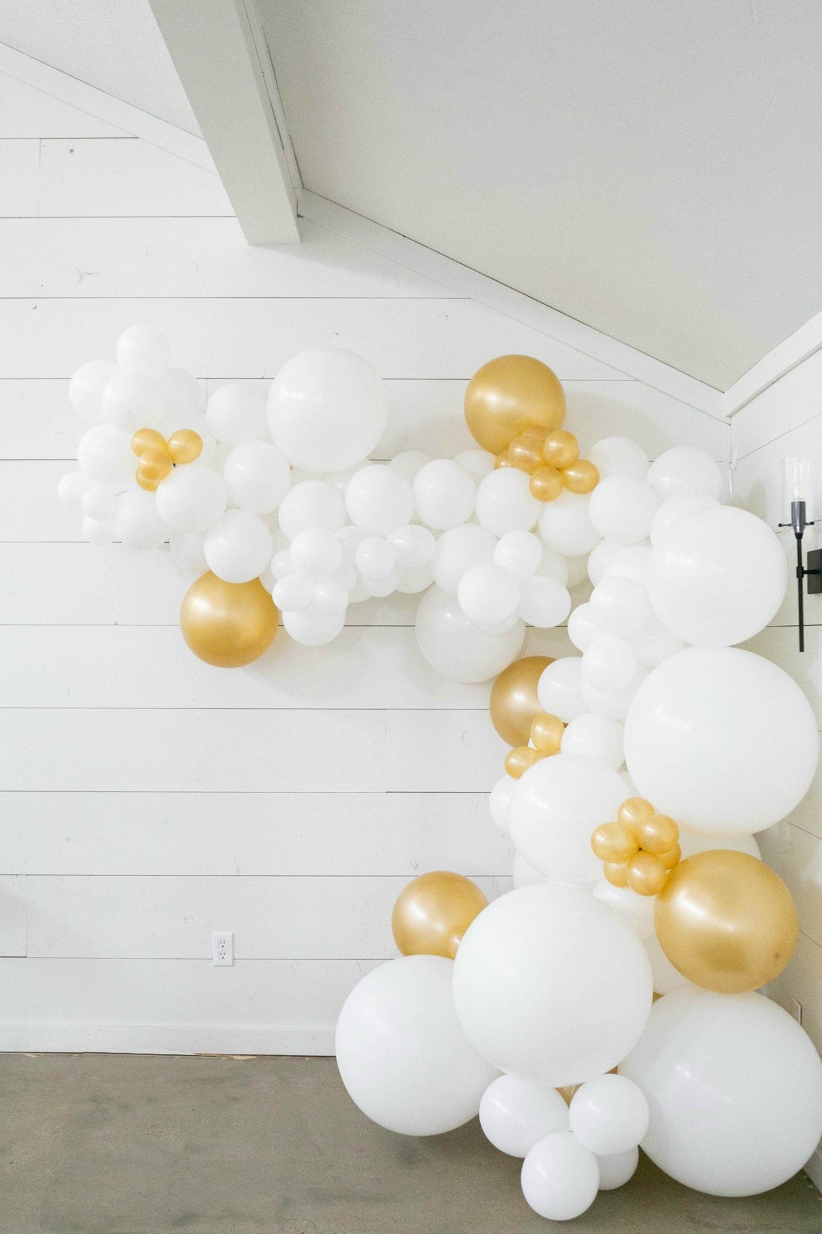 25 Ft Diy Balloon Garland Kit With White Gold Balloons Balloons And Weights