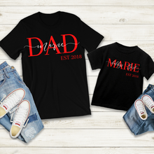 Lade das Bild in den Galerie-Viewer, DAD + Kind EST Shirt - personalisiert
