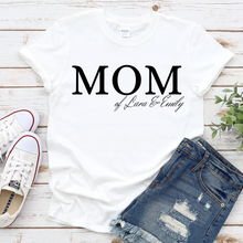 Lade das Bild in den Galerie-Viewer, MOM Shirt mit Namen personalisiert