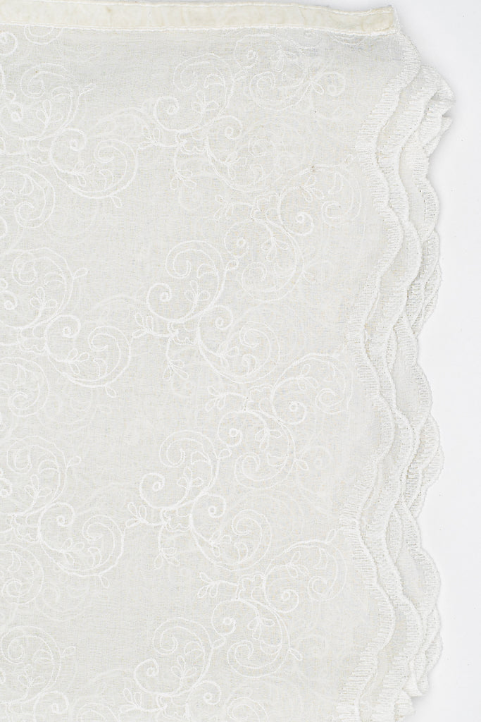 The design of this embroidered voile tablecloth is timeless. It will fit in many different interiors and give that elegant touch to your room.