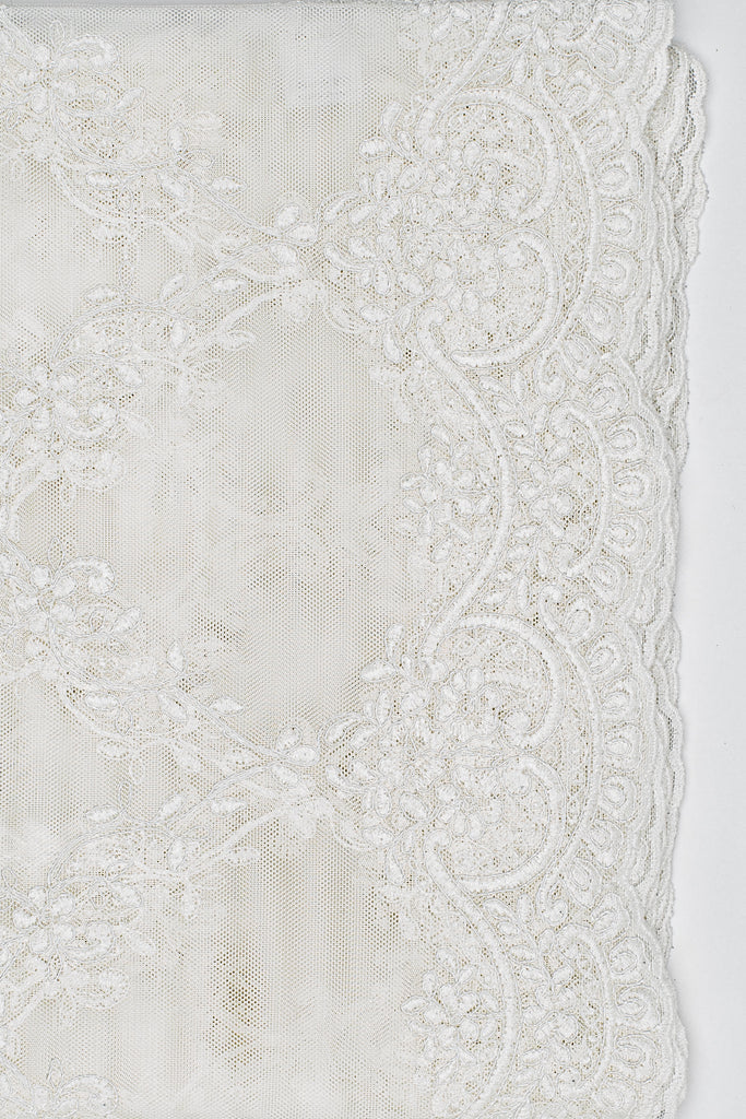 This luxurious embroidered lace tablecloth will transform your table in an instant! The beautiful and delicate embroidery make this tablecloth stand out. Despite its delicate look, this tablecloth can be machine washed without problems.  A perfect product for the host who only wants the best for her/his guests!