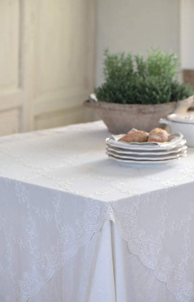 This luxurious embroidered lace tablecloth will transform your table in an instant! The beautiful and delicate embroidery make this tablecloth stand out. Despite its delicate look, this tablecloth can be machine washed without problems.