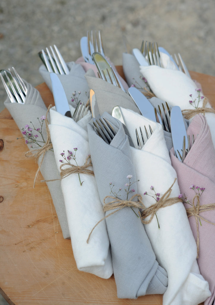 Emma linen napkins can easily be combined with all Pimlico tablecloths. The colors are coordinated with the embroidered voiles as well as the embroidered laces. So they can be easily mixed. The Emma napkins are machine washable, iron free and have 0% shrinkage!