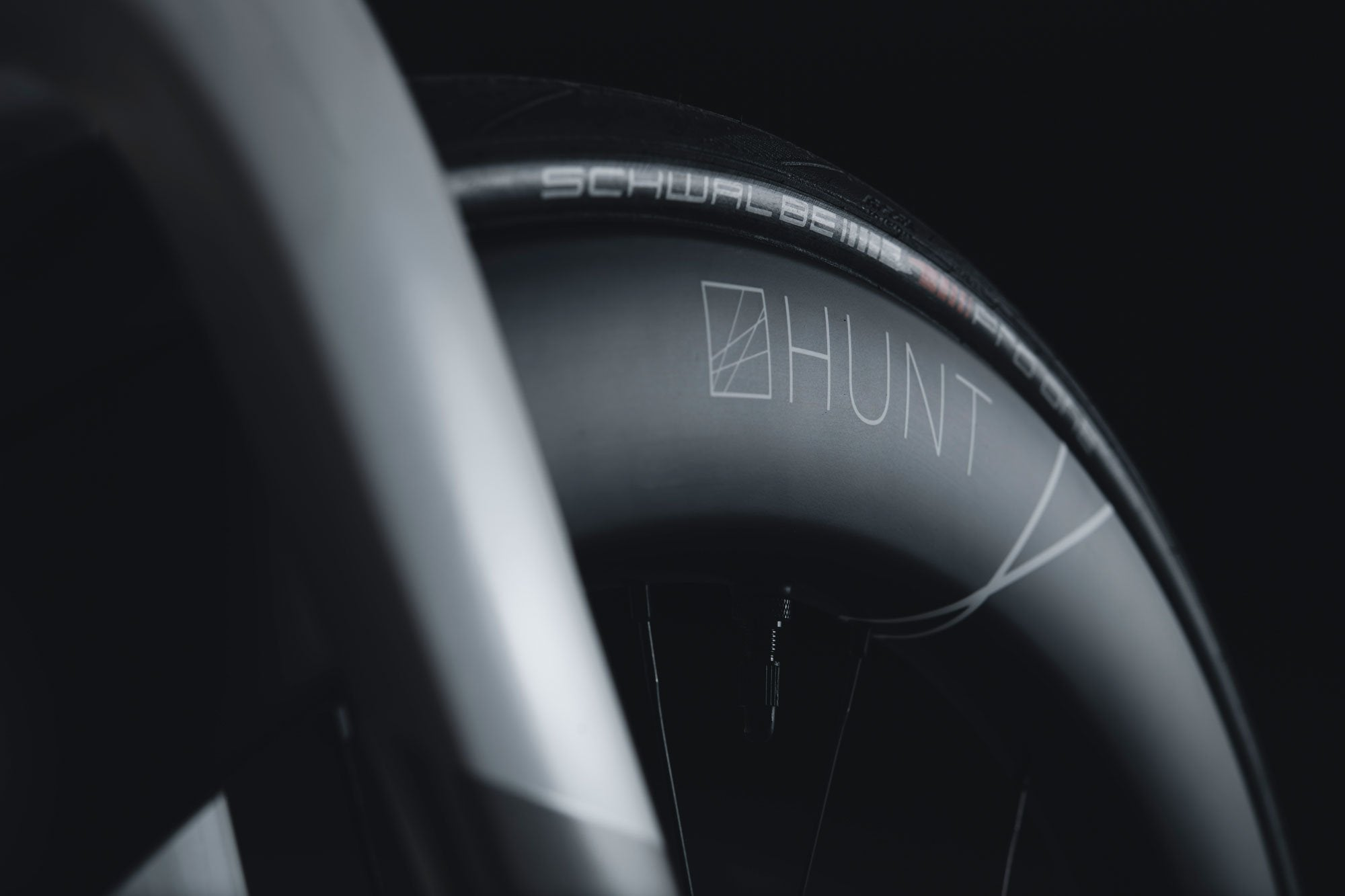 <h1>TIRE COMPATIBILITY</h1><i>Optimised aerodynamically for a Schwalbe Pro One 25-28c, but compatible with any tubeless or clincher tire from 23 up to 45c.</i>
