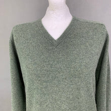 "Load image into Gallery viewer, ALAN PAINE Mens Green Lambswool V-Neck JUMPER - Size 44"" Chest"
