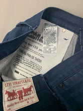 "Load image into Gallery viewer, LEVI STRAUSS &Co LEVI'S Blue Denim JEANS Size Waist 32"" Leg 32"" LEVIS"