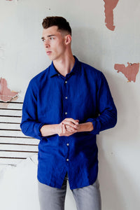 man is wearing 100% linen shirt that's made in Italy by Italian brand Alex Ingh in Indigo