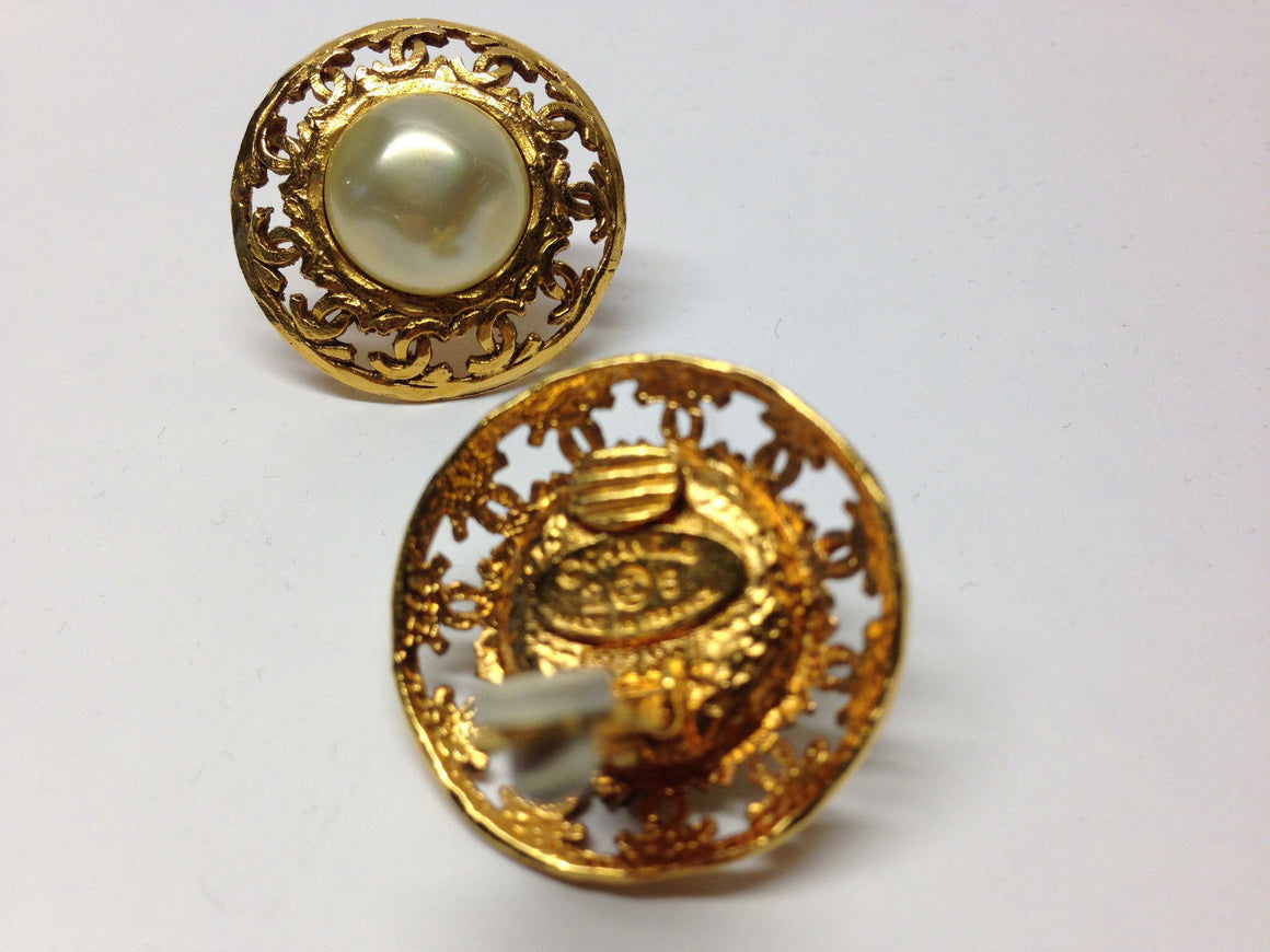 bisbiz.com CHANEL Vintage Lustrous Baroque Pearl Gilt Metal CC Logo Trim Clip-On Earrings - Bis Luxury Resale