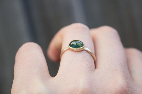 Green sapphire cabochon ring, 9ct yellow gold.