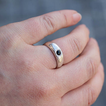 Narrow bark Ring in 14ct yellow gold with Ceylon Sapphire