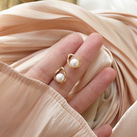 2020 new fashion retro golden pearl ball earrings