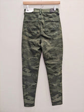 Load image into Gallery viewer, American Eagle camo pants women's size 5/6