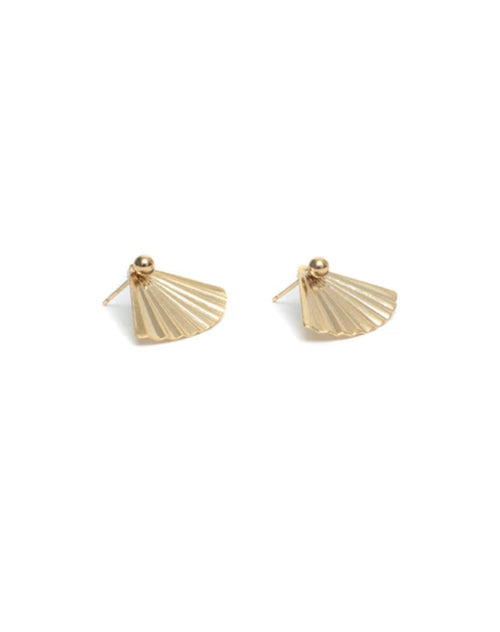 Image of the side of the Fan studs in gold by Lisbeth.