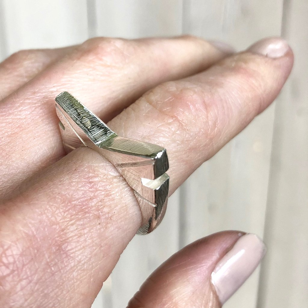 Carved V ring