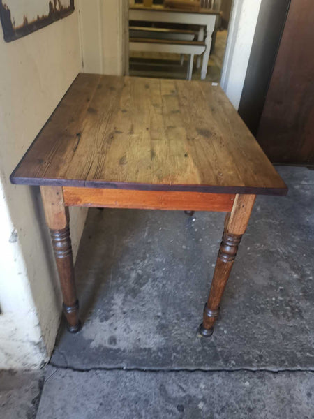 Small table with turned legs, on castors