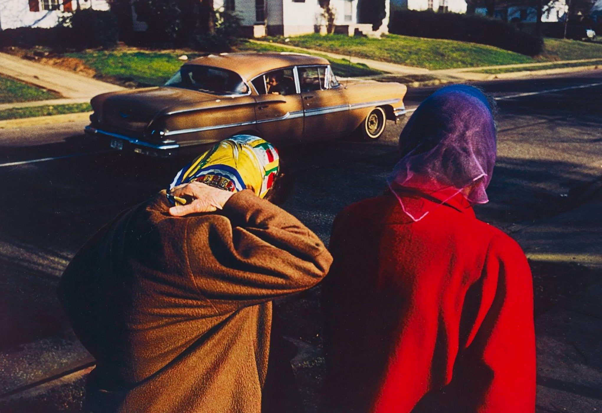 William-Eggleston-Photographie-Untitled-Two-Women-Wearing-Head-Scarves-Memphis-1970