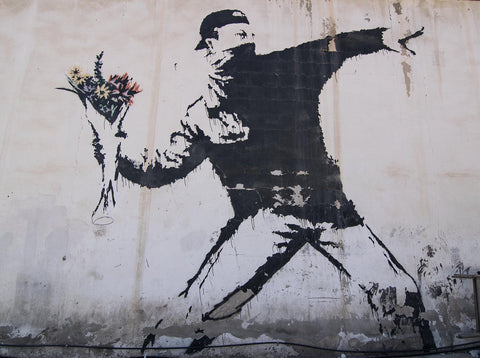 Love is in the air ou Flower Thrower, Banksy