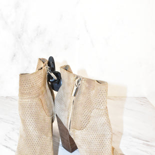 Primary Photo - BRAND: VINCE CAMUTO STYLE: BOOTS ANKLE COLOR: GREY SIZE: 8 SKU: 186-186226-6
