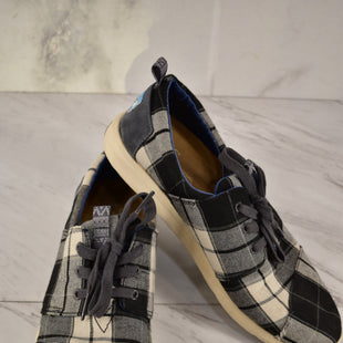 Primary Photo - BRAND: TOMS STYLE: SHOES ATHLETIC COLOR: PLAID SIZE: 8 SKU: 186-186106-9738
