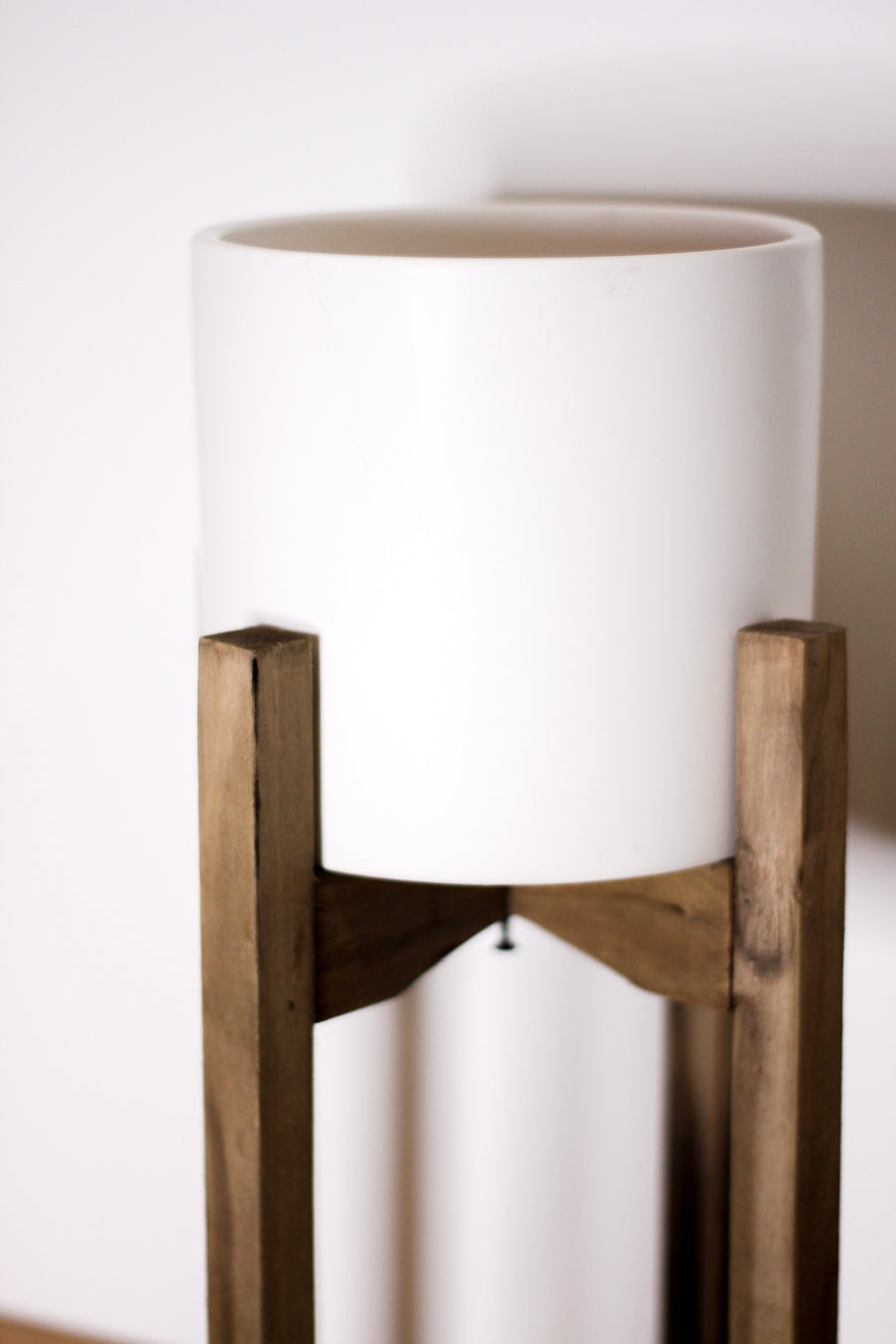 CERAMIC POT ON RUSTIC WOOD STAND