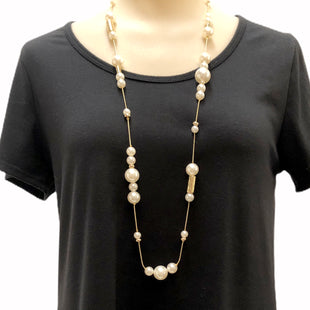 "Primary Photo - BRAND: CHICOS STYLE: NECKLACE COLOR: PEARL SKU: 293-29311-27854LENGTH:  36"" TO 39"""