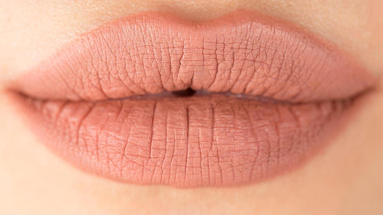 HOW TO DO A NATURAL LIP TO LOOK FULL.