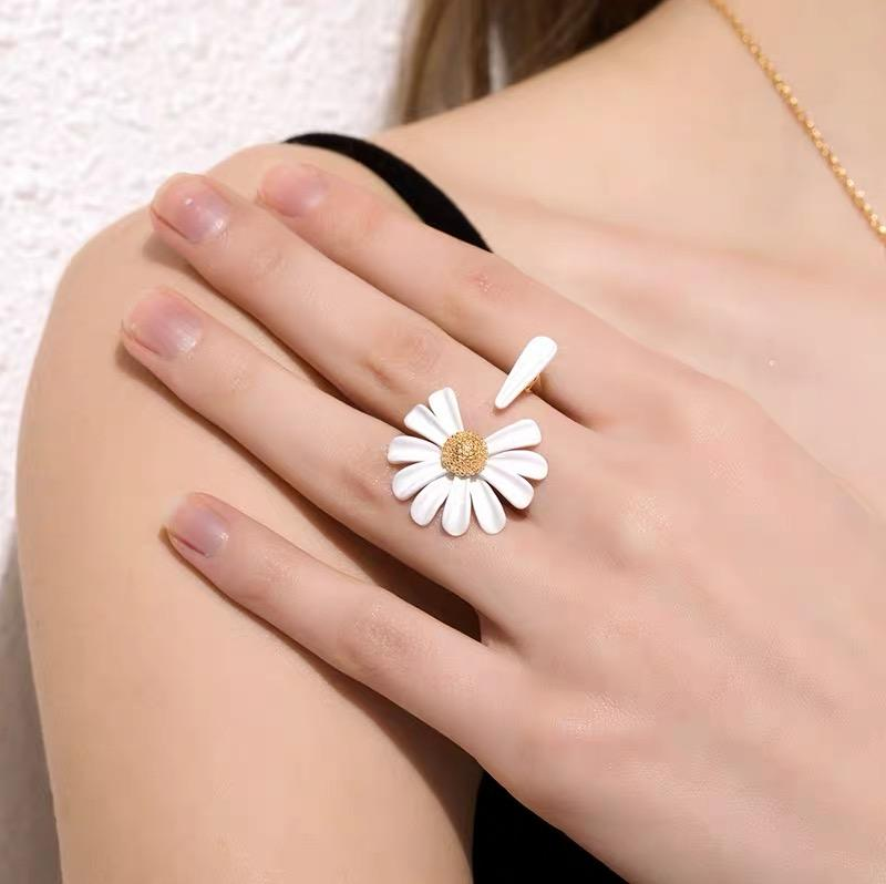 White daisy design Ring