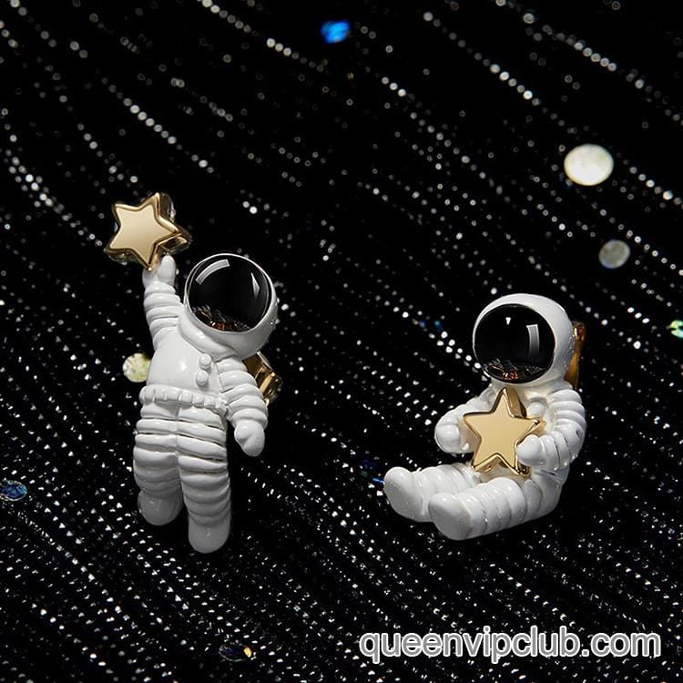 Novel astronaut style stud earrings