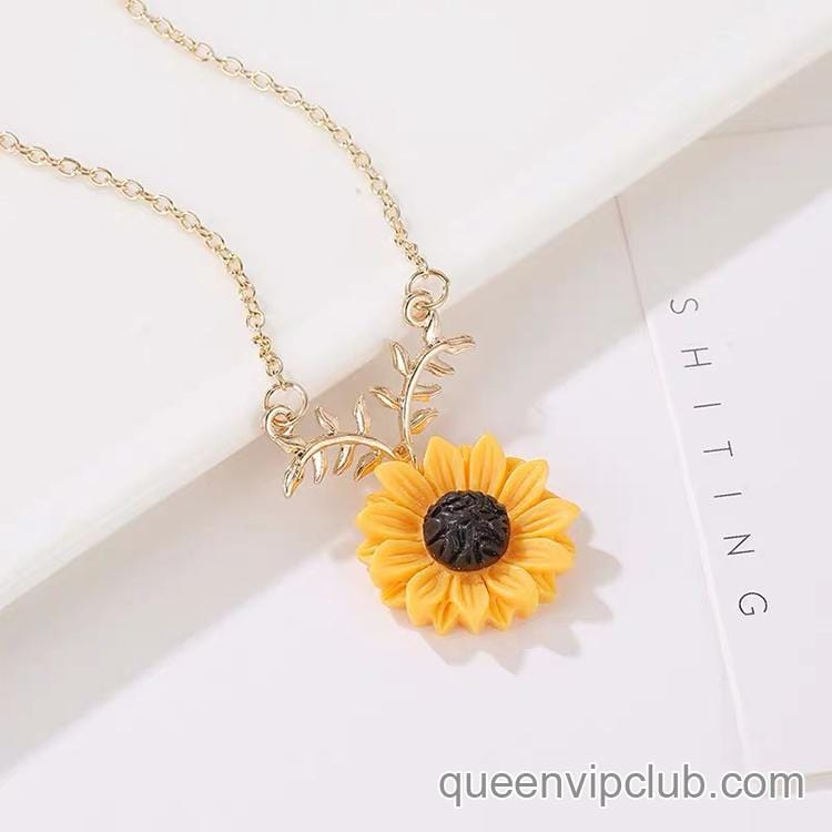 Small chrysanthemum design necklace