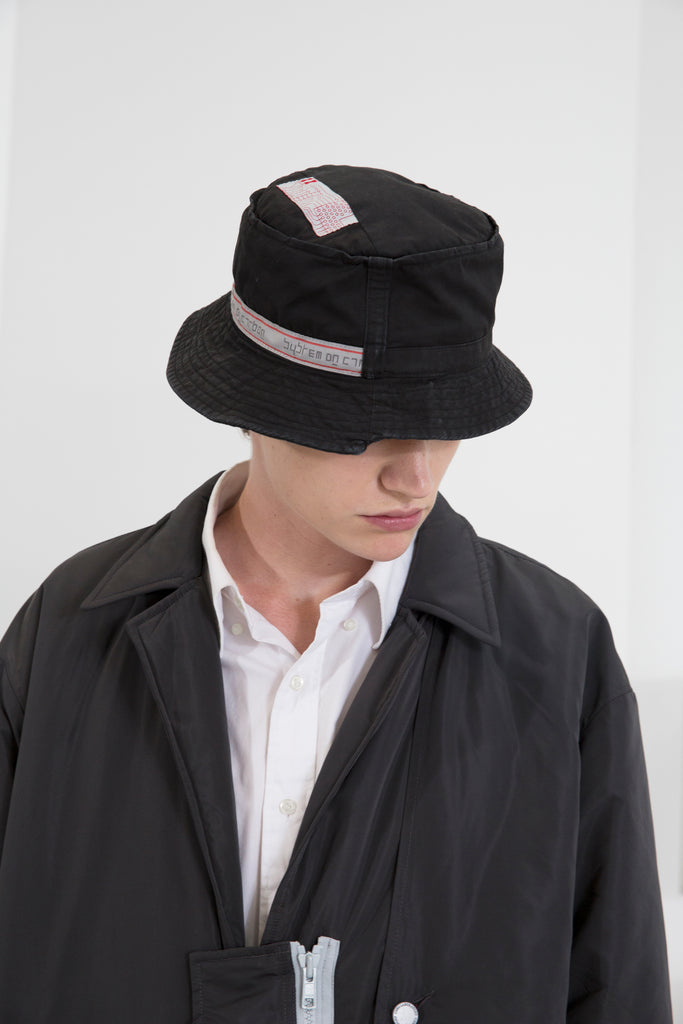 "18FW ""SYSTEM ON CARBON"" RECONSTRUCTED DATA CABLE BUCKET HAT"