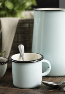 Taza en metal esmaltado color azul claro con interior color crema - Mug enamel light blue w/cream colour inside