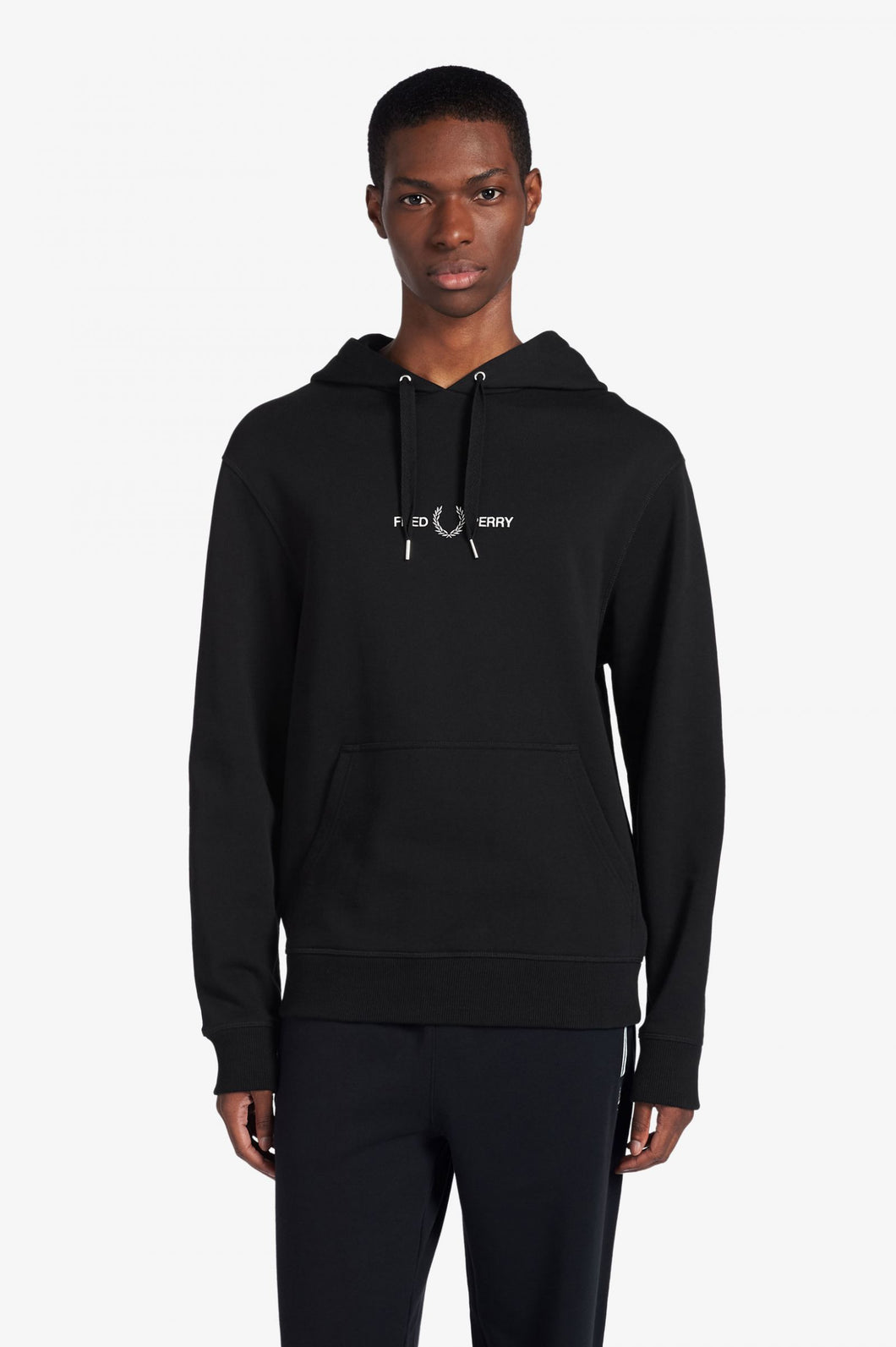 FRED PERRY HOODY FRONTLOGO GESTICKT BLACK