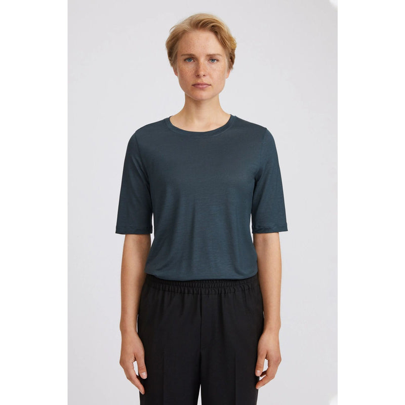 Filippa K - T-shirt - Elena Tencel Tee - Thernlunds