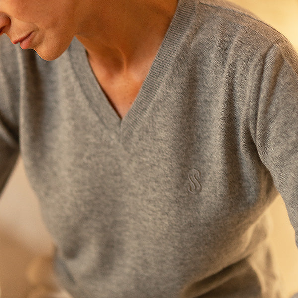 grey-cashmere-sweater-woman