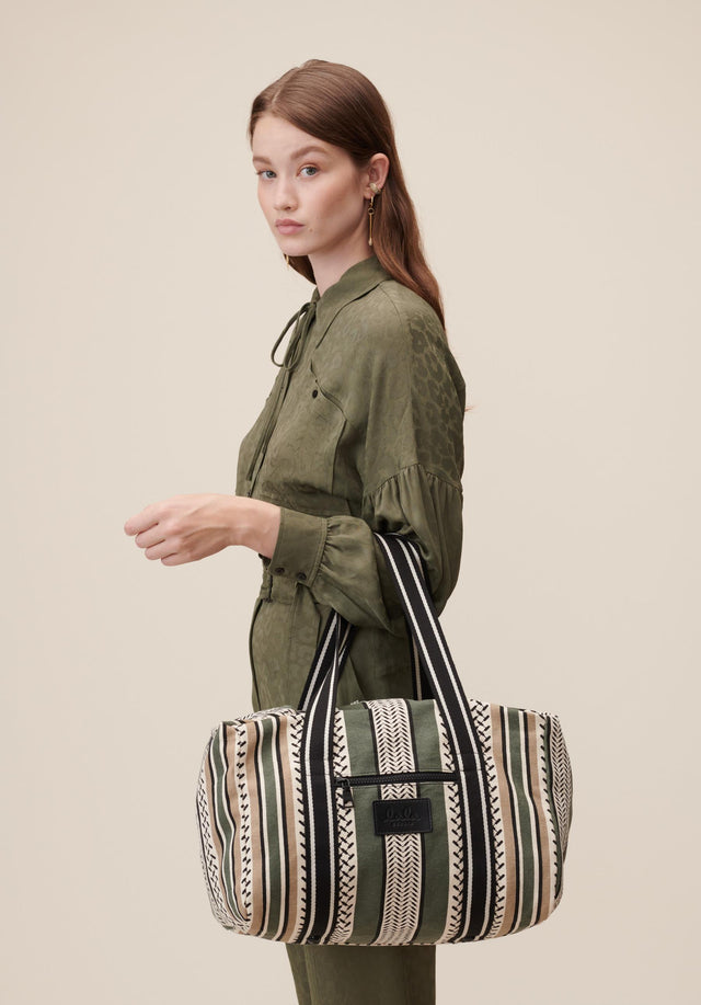 Big Bag Muriel Colored Olive and Warm Sand - Our beloved Muriel in Olive. A spacious weekender bag made... - 4/10
