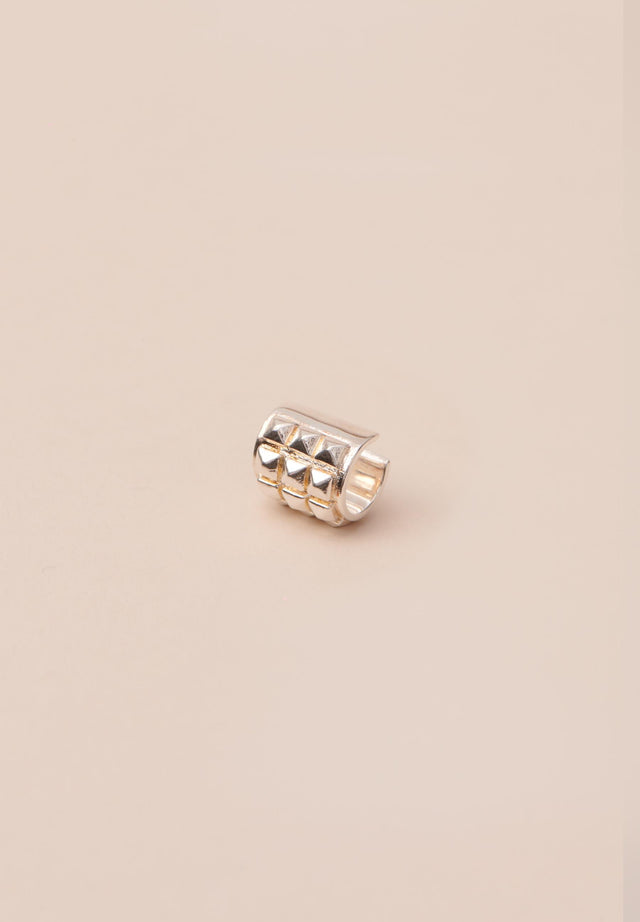 Earcuff Alicia Silver - A cool, studded earcuff to wear solo or paired up with... - 1/2