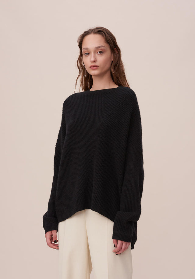 Jumper Kassandra Black - A cosy knit jumper with an asymmetrical and oversized silhouette...