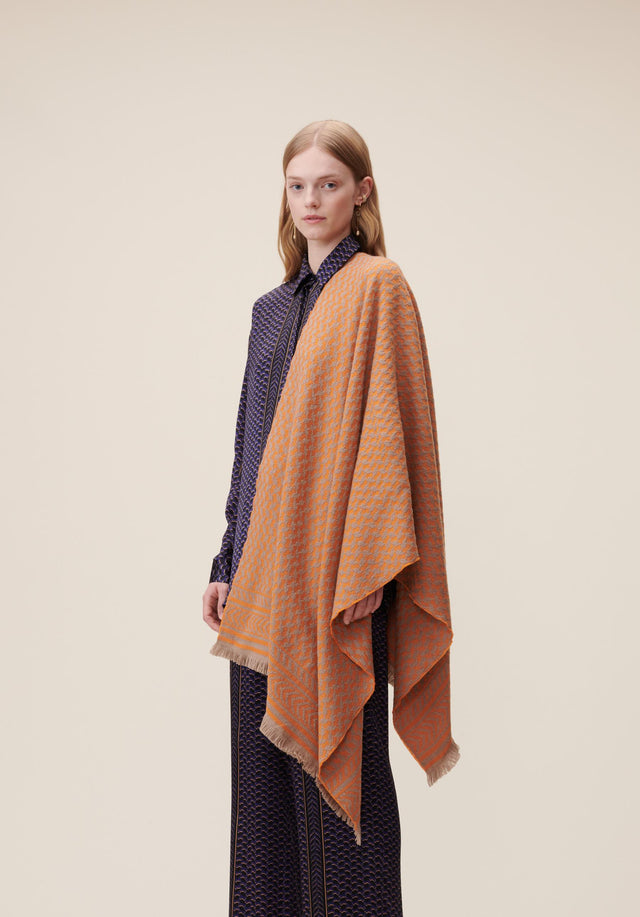 Scarf Spina Camel Orange - A large bicolor scarf , accentuated with a beautiful jaquard...