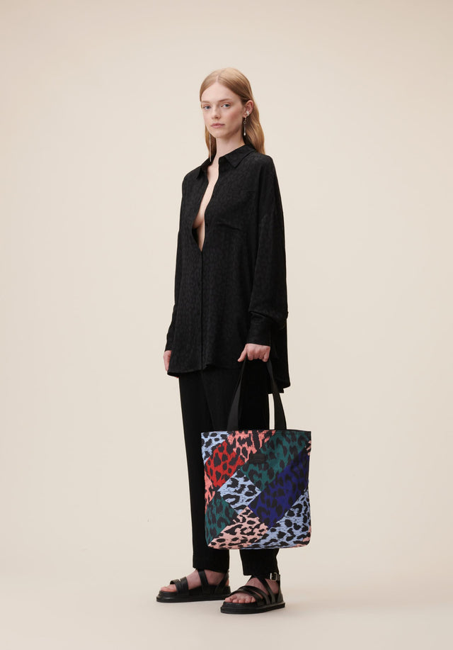 Tote Carmela Leo Patchwork Patched Leo - A casual tote bag made of nylon, featuring a colourful...