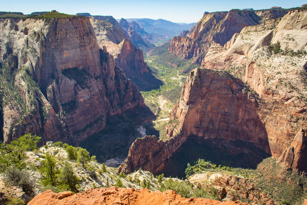 National Parks Guide: Breathtaking Canyons, Sandstone Cliffs, Coniferous Forests, and Desert Landscapes at Zion National Park