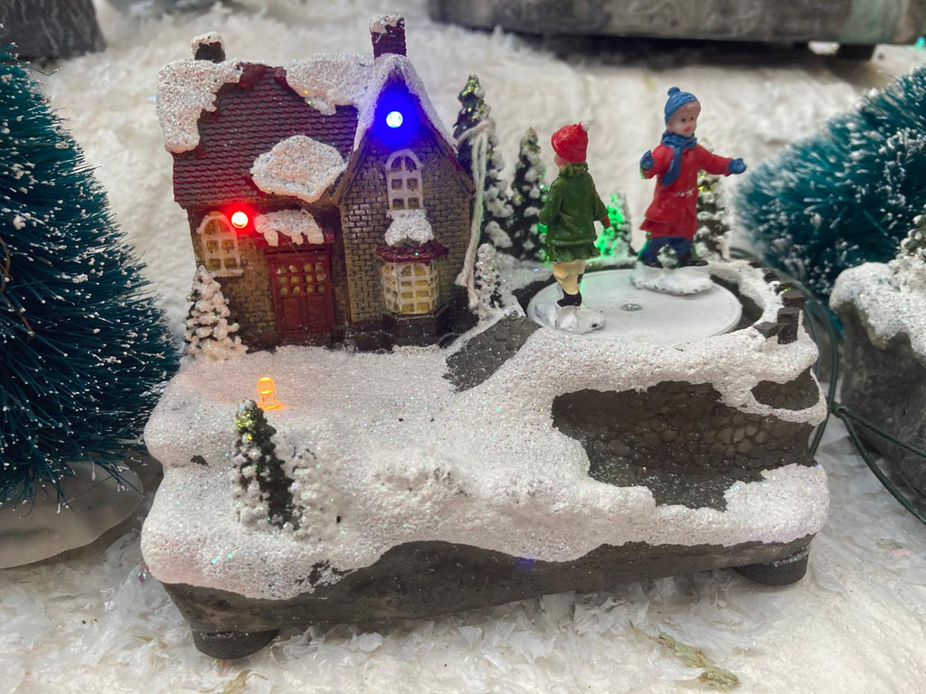 14CM BATTERY OP LIT LED VILLAGE SCENE WITH SKATERS