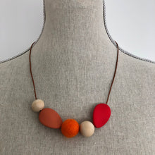 Load image into Gallery viewer, Felt and wooden beads necklace