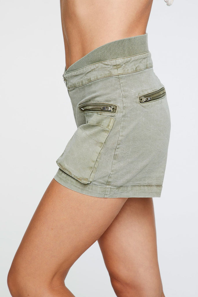 STRETCH TWILL ZIP FRONT RIB CONTRAST CARGO SHORT IN PRAIRIE GREEN