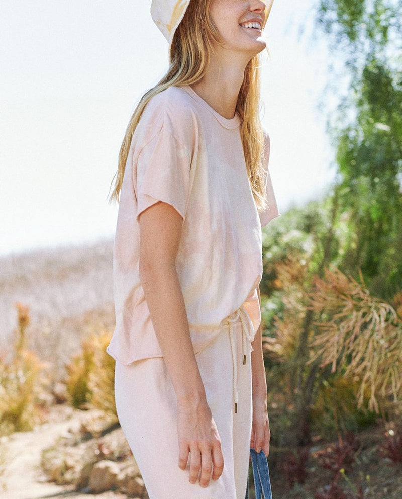 The crop tee in whisper pink cloud wash