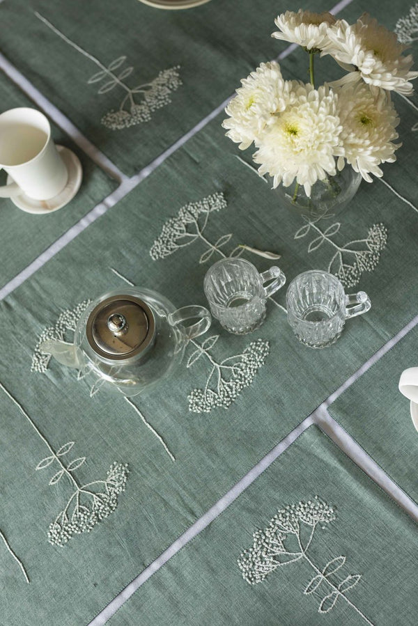 DAVEN - DINING SET OF A TABLE RUNNER AND 6 TABLE MATS. - Veaves