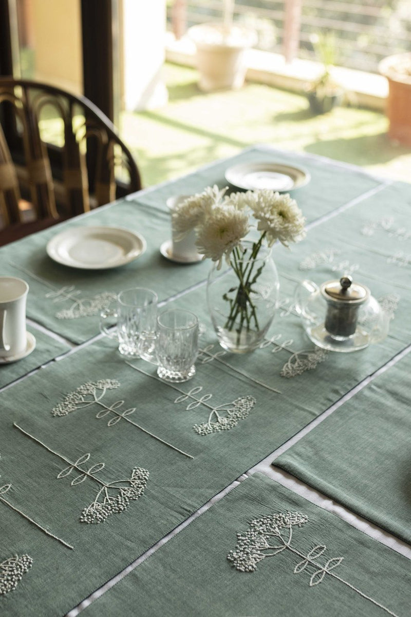 DAVEN - DINING SET OF A TABLE RUNNER AND 6 TABLE MATS.