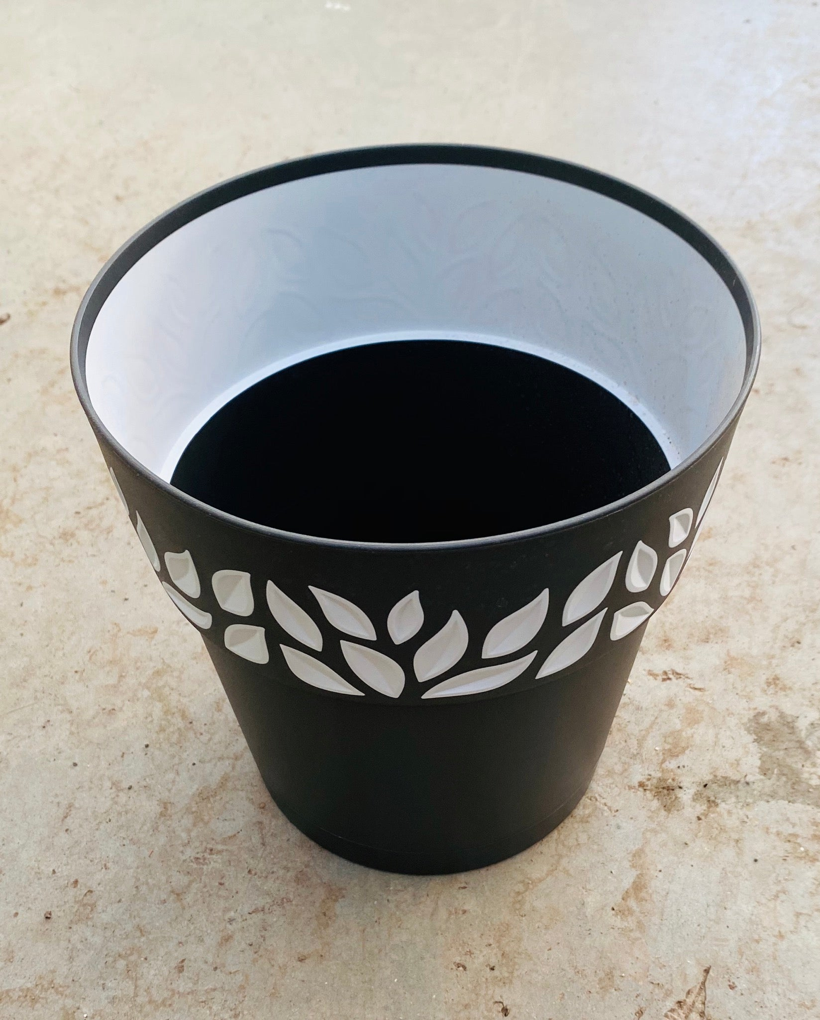 Leaf Plastic Pot Black 7.5""
