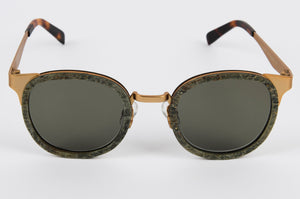 Fashion sunglasses with gold corners and wooden front
